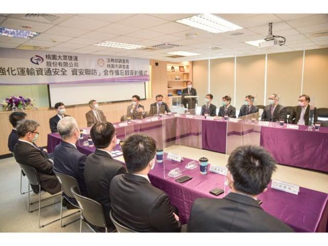 桃捷公司總經理蒲鶴章及桃園市調處長廖榮旭共同簽署「強化運輸資通安全 資安聯防」合作備忘錄。
