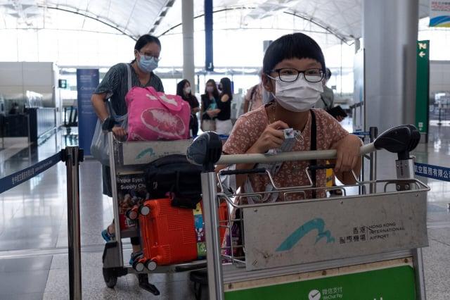 英國政府允許香港市民在8月19日前以「特許入境許可」入境英國,圖為7月18日的香港國際機場。(BERTHA WANG/AFP via Getty Images)