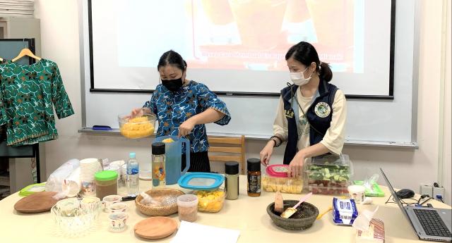 郭冠伶女士(左1)示範製作印尼水果冰飲。
