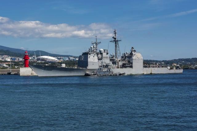 美國近日實施「2021全球大規模演習」,國防院分析,軍演目的是向中、俄傳達「美國有能力同時應對多條戰線」強烈信號。圖為美國軍艦在臺灣海峽自由航行。(William CARLISLE / US NAVY / AFP)