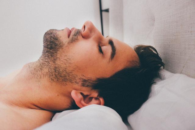 有些嚴重的失眠患者需要求醫,但偶爾睡不著時,卻可以藉由以下的方法讓自己入睡。(Pixabay)