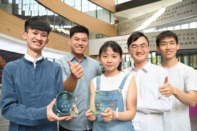 清華大學今年共有17位學生獲頒行健獎。行健獎得主:蕭亦程(左起)、郭柏辰、李欣恬、李昕紘、劉育瑋。(清華大學提供)