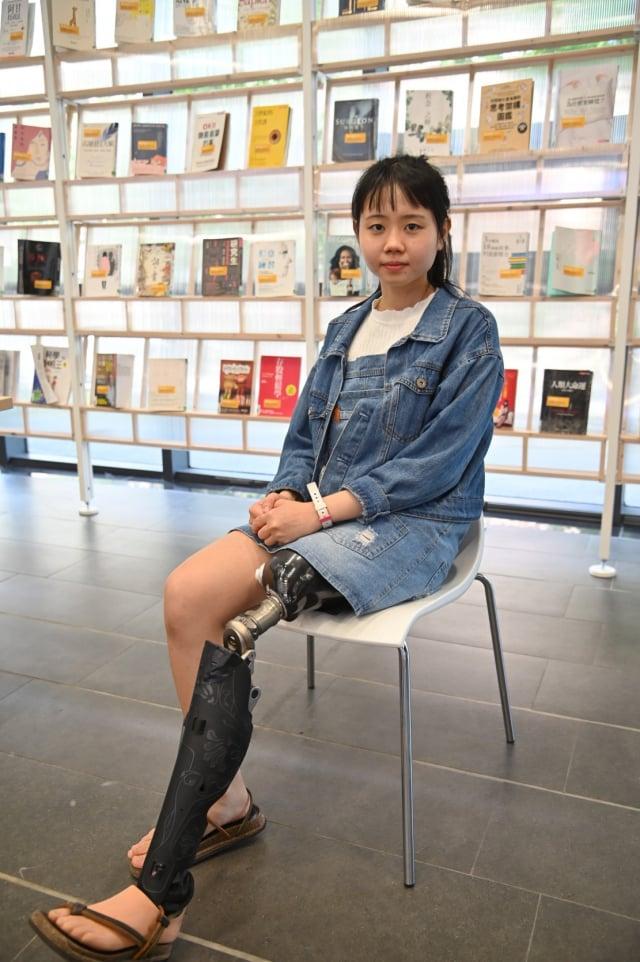材料系大三生李欣恬13歲時罹患骨癌,因癌症復發而截肢,但她不向命運低頭,利用住院時光提筆寫下散文「夜空星熠」,得到2020年文薈獎大專社會組全國第一名。