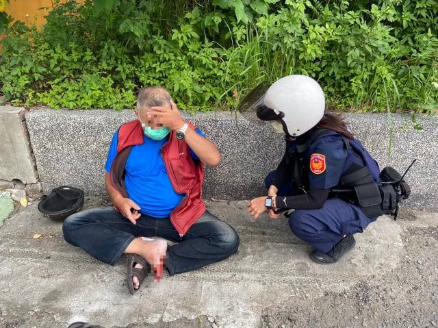 57歲林姓男子上班途中突然感到身體不適,緊急將車輛停靠路旁後,隨即癱坐在地,員警巡邏經過發現,主動上前關心。(桃園市平鎮警分局 提供)