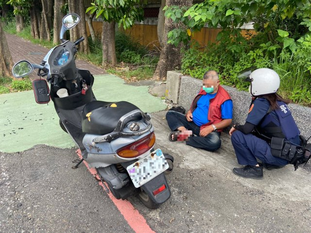 57歲林姓男子上班途中突然感到身體不適,緊急將車輛停靠路旁後,隨即癱坐在地,員警巡邏經過發現,主動上前關心。