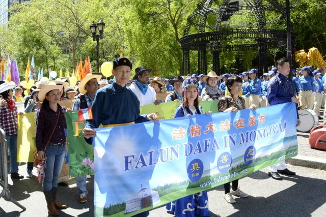 蒙古族商人圖雅(前排左二)與朋友巴亞(前排左一)穿著民族服裝在法輪大法的遊行隊伍中。(受訪者提供)