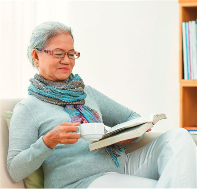 70歲的老年人,修護能力,一般比較慢。卻驚訝發現,在診所治療的眼皮下垂無法張開的病人中,白髮人是年齡最大的,恢復竟然是最快的,比年輕人還快。(123RF)