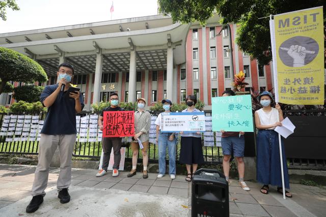 由民間人士組成的境外生權益小組20日在教育部外舉行記者會陳情,呼籲政府制訂常態化的入境制度,盡速協助境外生入境。(中央社)