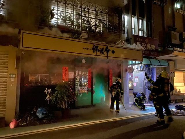 由在臺港人經營的「保護傘」餐廳及服飾店面於20日凌晨近4時發生火警。(保護傘Aegis臉書)