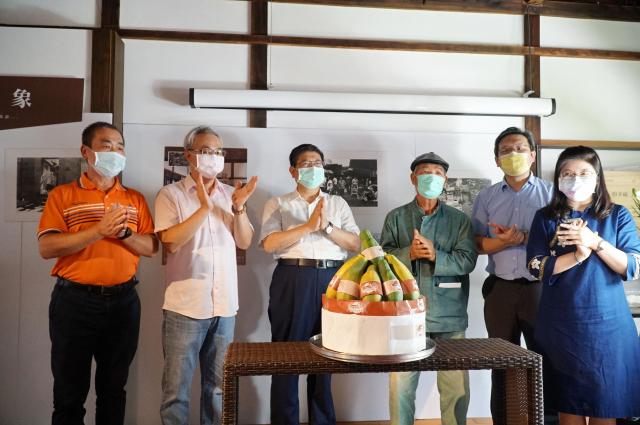紀念龍瑛宗111歲冥誕,呼應他的一部著作《植有木瓜樹的小鎮》,竹縣文化局特別準備木瓜文創蛋糕,右三為攝影家葉裁。(新竹縣政府提供)