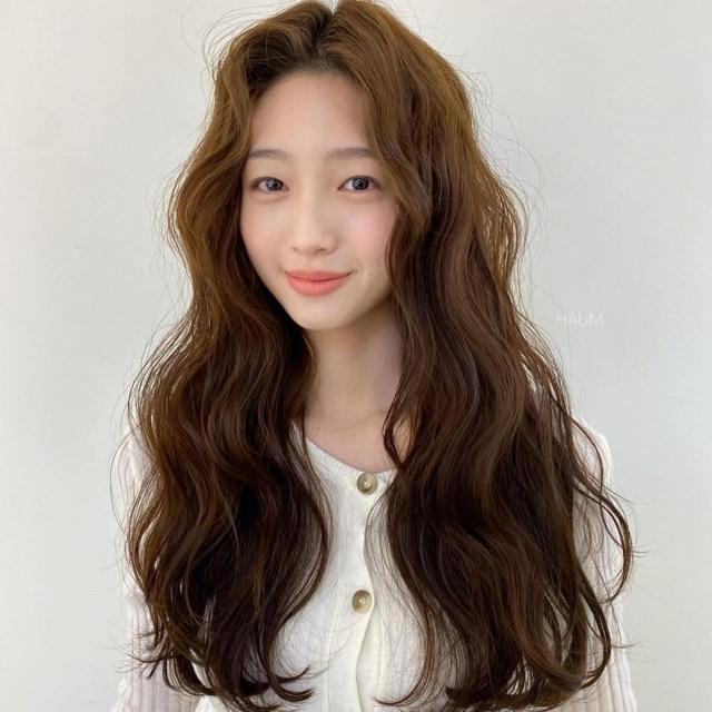 蓬鬆捲髮讓頭髮不貼肌膚,營造出蓬鬆感。(呂Ryo提供)