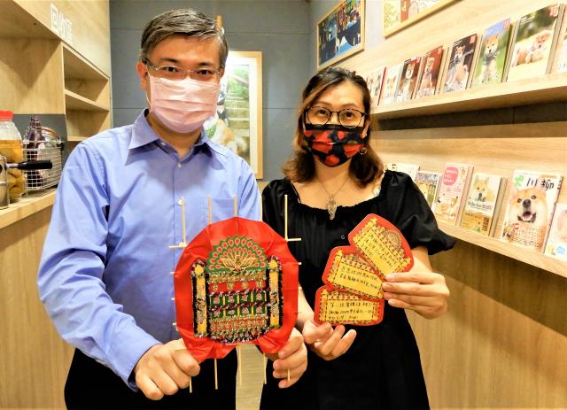 「台灣香港協會」理事長桑普(左)、Queenie(右)表示,透過花牌與祈福卡的轉贈,希望能傳達來自香港民眾與在臺港人的心意。(記者黃玉燕/攝影)