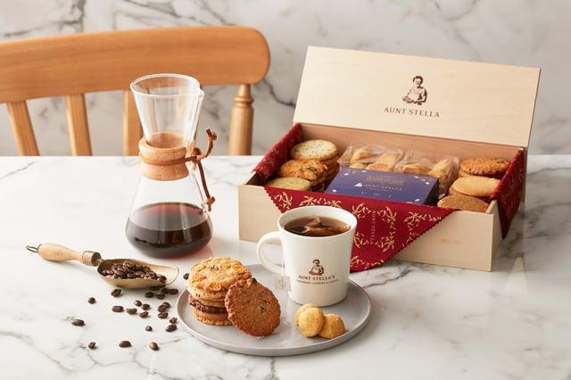 03_詩特莉與VWI合作推出「酩月之錦」高質感禮盒,首度以日式風呂敷布包設計,內含品牌精緻點心及咖啡濾泡包。(Aunt Stella提供)