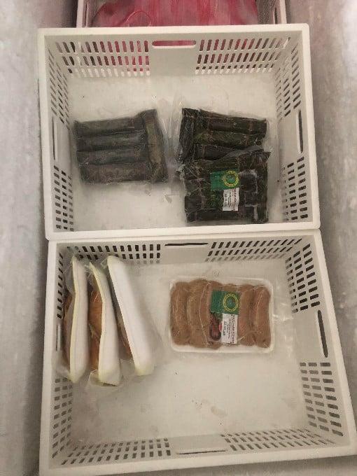 移民署北區事務大隊桃園市專勤隊24日於新北市三重區一民宅內查獲冰存之一批來源不明且標示不清肉類加工食品。(移民署北區事務大隊桃園提供)