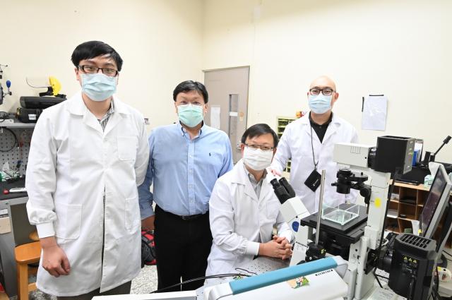 清大教授葉秩光(左二)帶領團隊成員謝宗翰(左一)、賴俊延(右二)、羅尉辰(右一)研發超音波漩渦溶栓技術。(清華大學提供)
