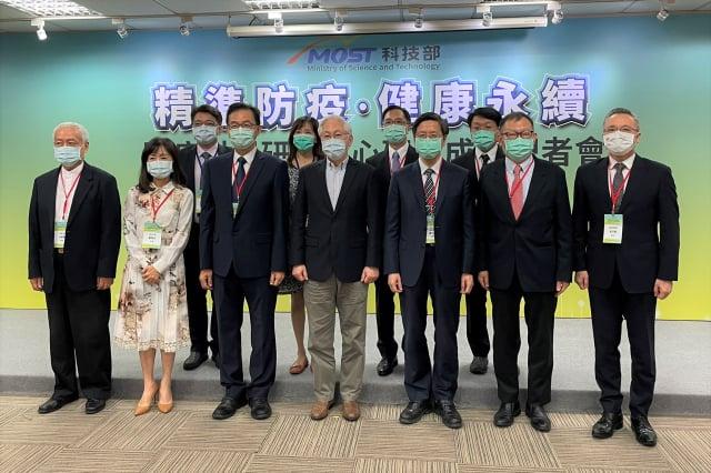 科技部25日舉辦「精準防疫.健康永續」 防疫科學研究中心研發成果記者會合影。(記者袁世鋼/攝影)