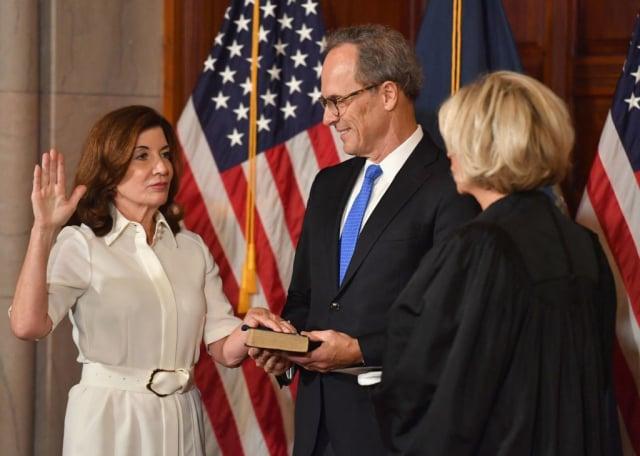 208月24日,紐約州副州長侯可(左)宣誓就任該州州長。(ANGELA WEISS/AFP via Getty Images)
