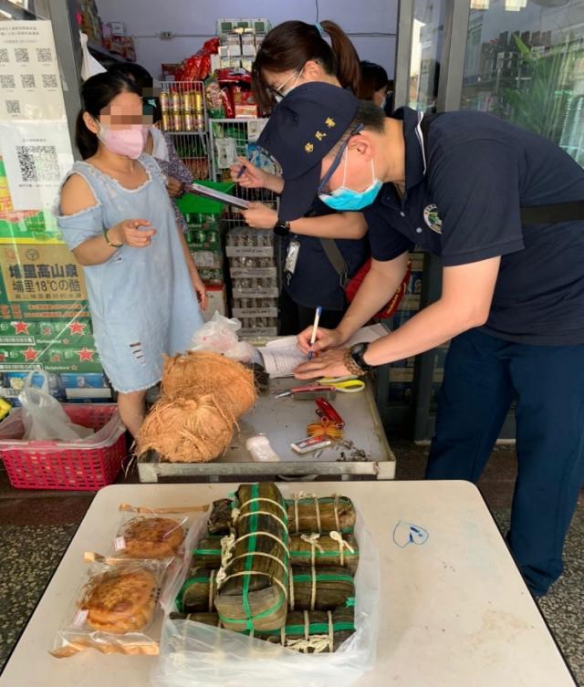 移民署於東南亞雜貨商行查獲來源不明豬肉製品及月餅。(移民署提供)
