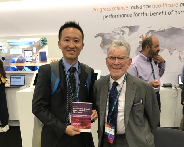 趙從賢副教授(圖左)投身醫學教育研究且具有重大貢獻,獲110年度吳大猷先生紀念獎肯定。(長庚大學提供)
