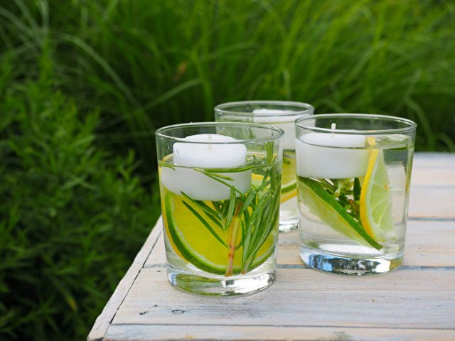 將一片檸檬、一片萊姆、茶燭、少許迷迭香和乾淨的水放入玻璃杯中,就能做成天然的蚊香蠟燭。(Shutterstock)