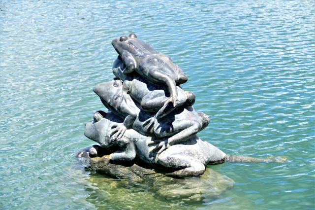 登上環型看臺,九蛙疊羅漢的雕像就靜靜地浮現在眼前。(攝影/鄧玫玲)