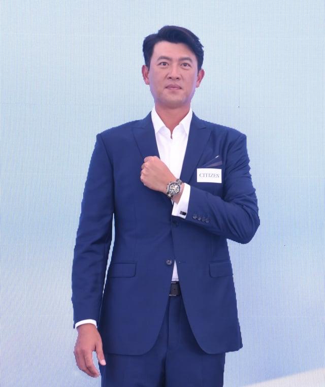 王建民演繹全球限量珍藏款光動能GPS衛星對時腕錶CC4016-75E。(記者黃宗茂/攝影)