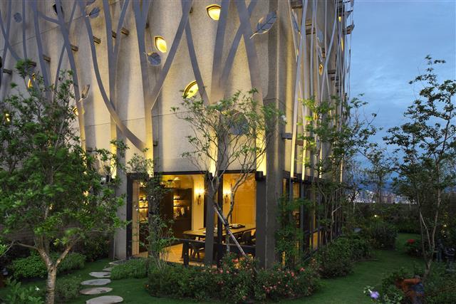 外牆造型設計,讓室內與室外燈光融為一體。(中華民國建築經營協會提供)