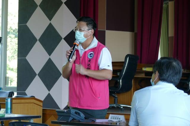 魚池鄉長劉啟帆說明承租人和魚池鄉親最關心的造林相關事項。