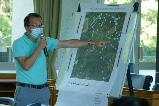 日管處埔里管理處主任陳建仲說明魚池尖山現有步道。