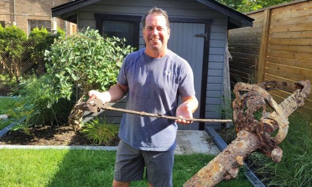 加拿大渥太華男子布拉德‧西古恩在裝修後院期間,竟從地下挖出一把嚴重腐蝕的軍劍。(西古恩提供)