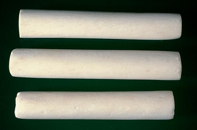 懷山藥:外表呈現圓柱平滑,黃白色,質地堅硬,敲擊聲音可以了解品質優劣。(張賢哲教授《河洛藥典》提供)