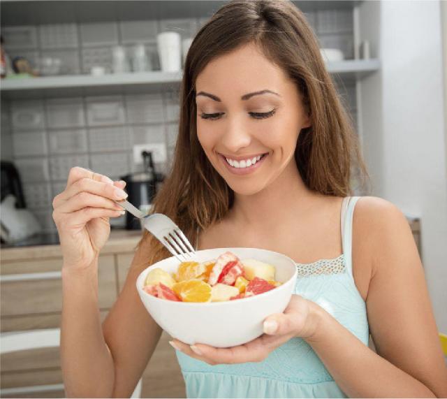 晨起時為自己準備一份抗氧化的水果沙拉或果汁,開啟美好的一天。(Shutterstock)