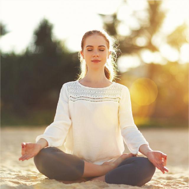 每天給自己一段與自我相處的平靜時光,即使只有5分鐘也好,平靜地坐著,閉上眼睛,平穩地呼吸。此時專注在自己的呼吸上,放下所有的生活煩憂。(Shutterstock)
