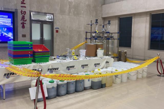 刑事局國際科查扣三級毒品喵喵(4-甲基甲基卡西酮)半成品143.72公斤、成品7公克、製毒溶劑甲胺、甲苯等原料2,500公斤、反應釜2組等證物。