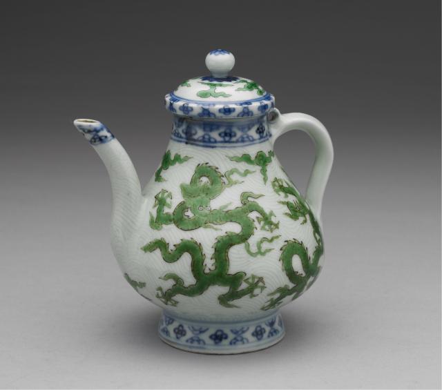 明(十五世紀中期)青花綠彩刻花波濤龍紋梨形壺。現藏於臺北故宮博物院。(維基百科)