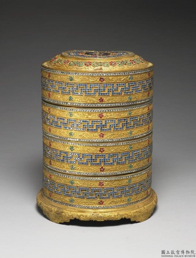 清.鎏金嵌料花卉卍字紋套盒。現藏於臺北故宮博物院。(維基百科)