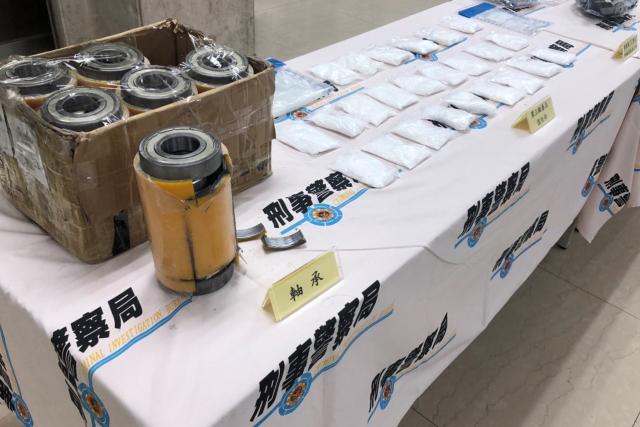 警方查扣「軸承」6個、市價約新臺幣500萬元的愷他命24包。(刑事局提供)
