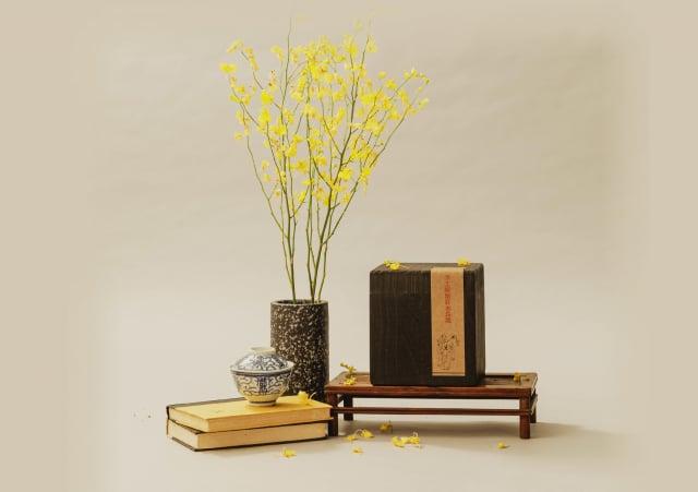 燒桐木盒存放陳期十年的手工炭焙紅水烏龍,匯聚「澄意」。