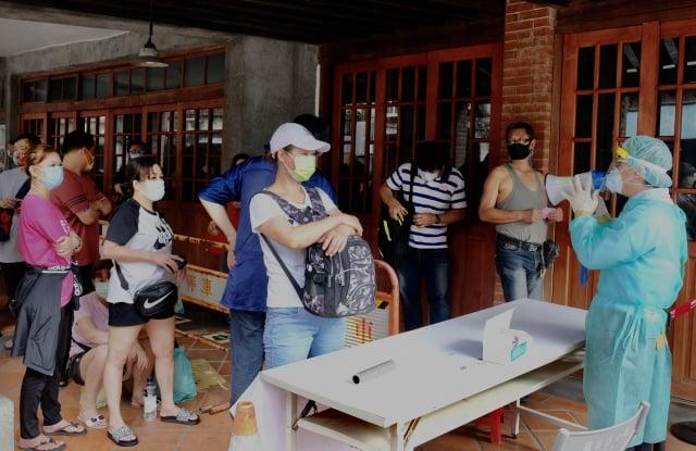 北市萬華5月爆發疫情,北市府將在萬華地區進行5千人規模的血清抗體研究計畫。圖為萬華民眾排隊篩檢資料照。(SAM YEH/Getty Images)