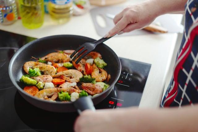 烹飪時注意所用食用油的「發煙點」,成為確保健康的一個重要環節。(Shutterstock)