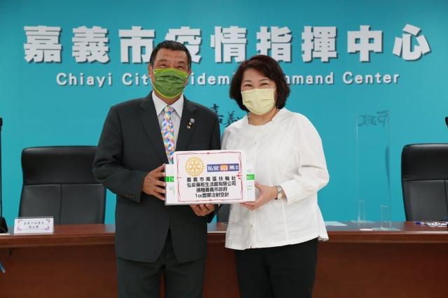 市長黃敏惠(右)感謝嘉義市南區扶輪社社長陳俊男(左)捐贈細空針。