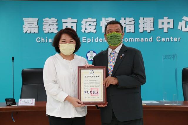 市長黃敏惠(左)回贈感謝狀。