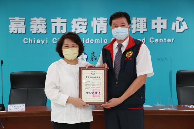 市長黃敏惠回贈感謝狀。