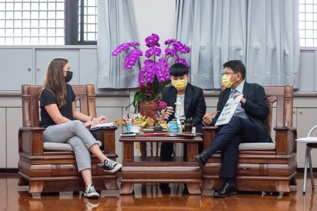 衛報記者helen採訪屏東縣長潘孟安(右)。(屏東縣政府提供)