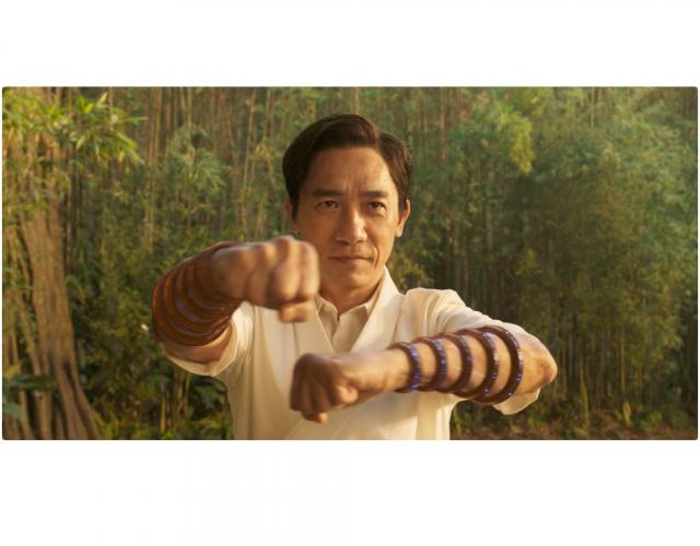 《尚氣與十環傳奇》劇照。圖為演員梁朝偉,首次演出反派。(迪士尼提供)