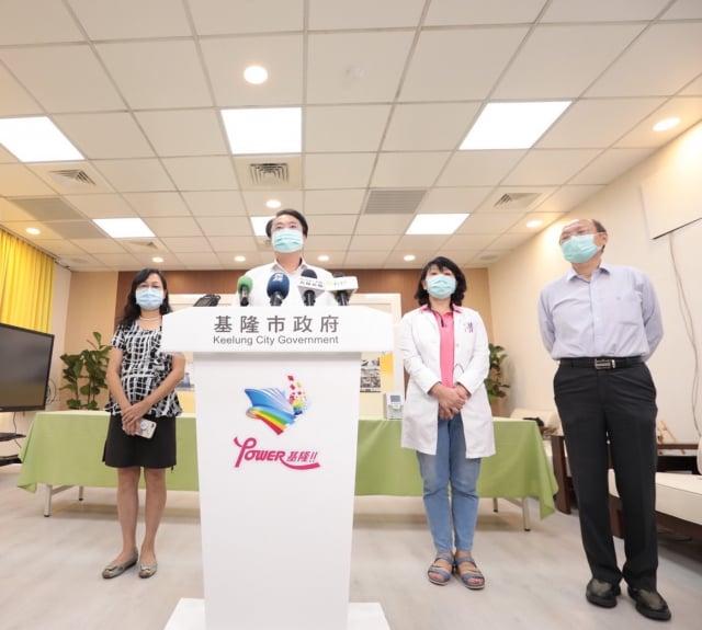 林右昌公布75歲以上長者及學生疫苗施打計畫。(基隆市政府提供)