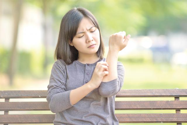 中醫在治療異位性皮膚炎有相當程度的療效,也可以改善生活品質,提升學習與工作能力。接受治療之外,日常生活還要做到下列三件事,以維持療效。(123RF)
