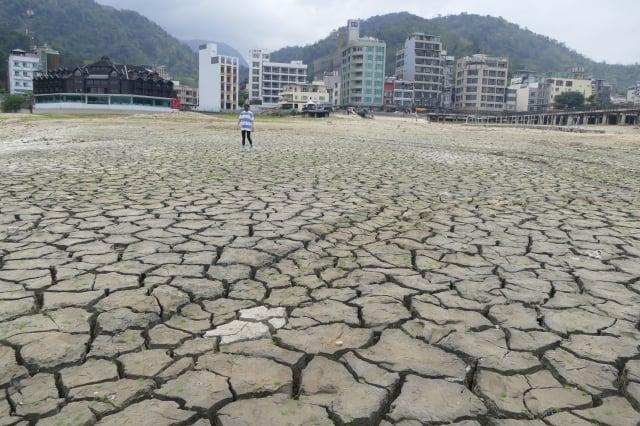遭逢世紀大旱的日月潭龜裂湖邊。(攝影/黃淑貞)