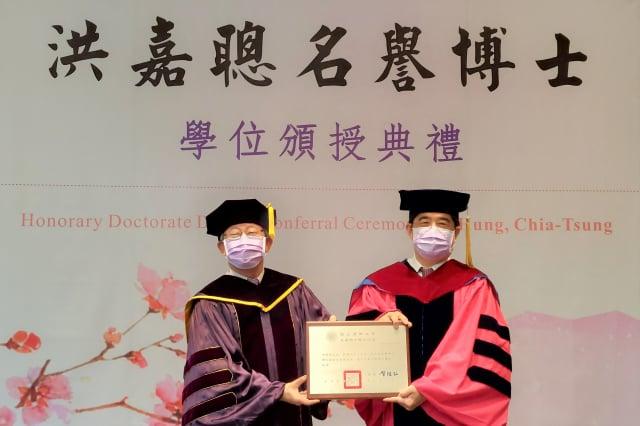 清華大學校長賀陳弘(左)頒授聯華電子董事長洪嘉聰(右)名譽工學博士學位證書。(記者林倩玉/攝影)