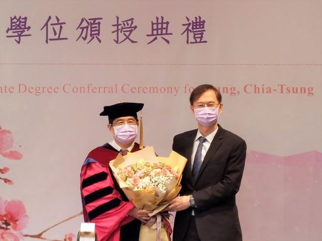 聯電總經理簡山傑(右)代表公司同仁獻花給洪嘉聰(左)。